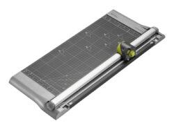 Řezačka papíru kotouč. REXEL SmartCut A445 4-IN-1-Řezačka se stabilní kovovou konstrukcí a rovným, rýhovacím, dírkovacím a vlnkovým typem řezu. Kapacita řezání činí až 10 listů papíru 80 g/m2 současně a to až do formátu A3. Tato řezačka je vhodná pro kancelář i domácí použití. Délka řezu činí 457 mm.