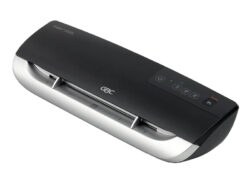Laminátor GBC FUSION 3000L A4-Tento laminátor je ideální do kanceláře a pro uživatele, kteří laminují pravidelně. Laminuje v tepelných kapsách o maximální tloušťce 2x125 mikronů až do formátu A4. Zahřeje se již do 90 sekund a díky posuvným drážkám budou dokumenty perfektně zarovnané.